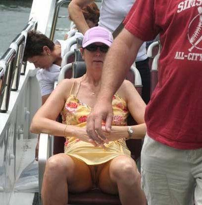 Mutti trägt beim Bootsausflug nie einen Slip