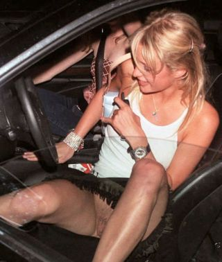 Paris Hilton steigt ohne Slip aus dem Auto und man sieht ihre unrasierte Muschi