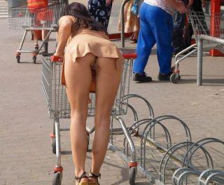 Ohne Höschen unter dem Minirock in den Einkaufswagen gebückt