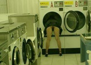 Unten ohne im Waschsalon