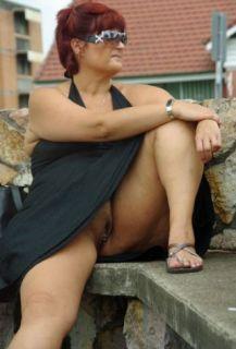Reife Frau trägt keinen Slip und zeigt ihre Pussy