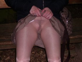 Davids Freundin nur mit Strumpfhose im Park