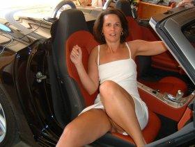 Ohne Slip im Sportwagen-Cabrio