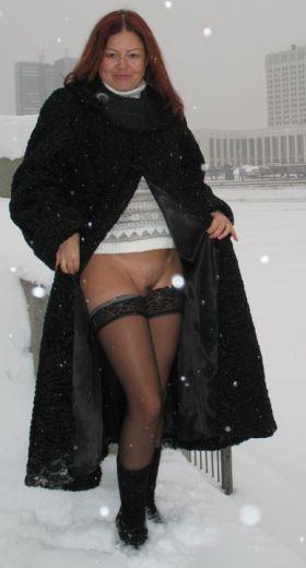 Foto einer Russin in Nylons und ohne Slip im winterlichen Schneetreiben